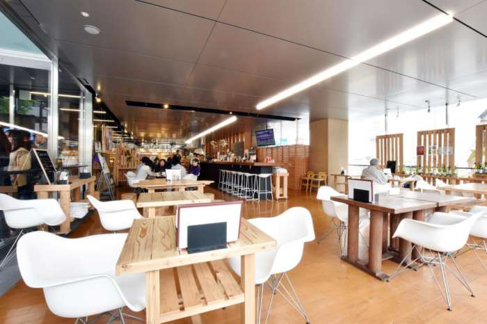 山梨×愛人待ち合わせスポット④:オープンカフェ まるごとやまなし館